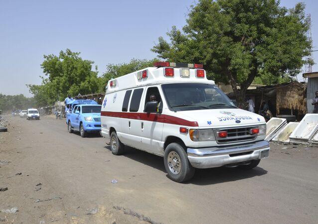 Uma ambulância acompanhada de carros de polícia em Maiduguri, Nigéria (arquivo)