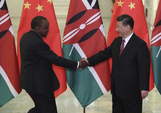 Encontro entre o presidente chinês, Xi Jinping (à direita) e o presidente queniano, Uhuru Kenyatta (à esquerda) em Pequim (foto de arquivo)