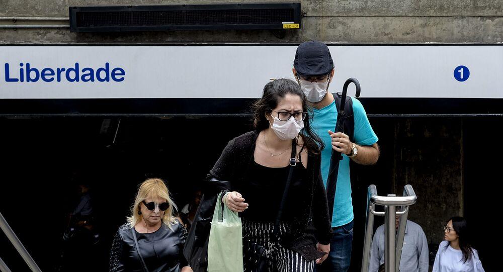 Passageiros do metrô de São Paulo usam máscaras na estação Japão-Liberdade, para se proteger e evitar a transmissão do novo coronavírus