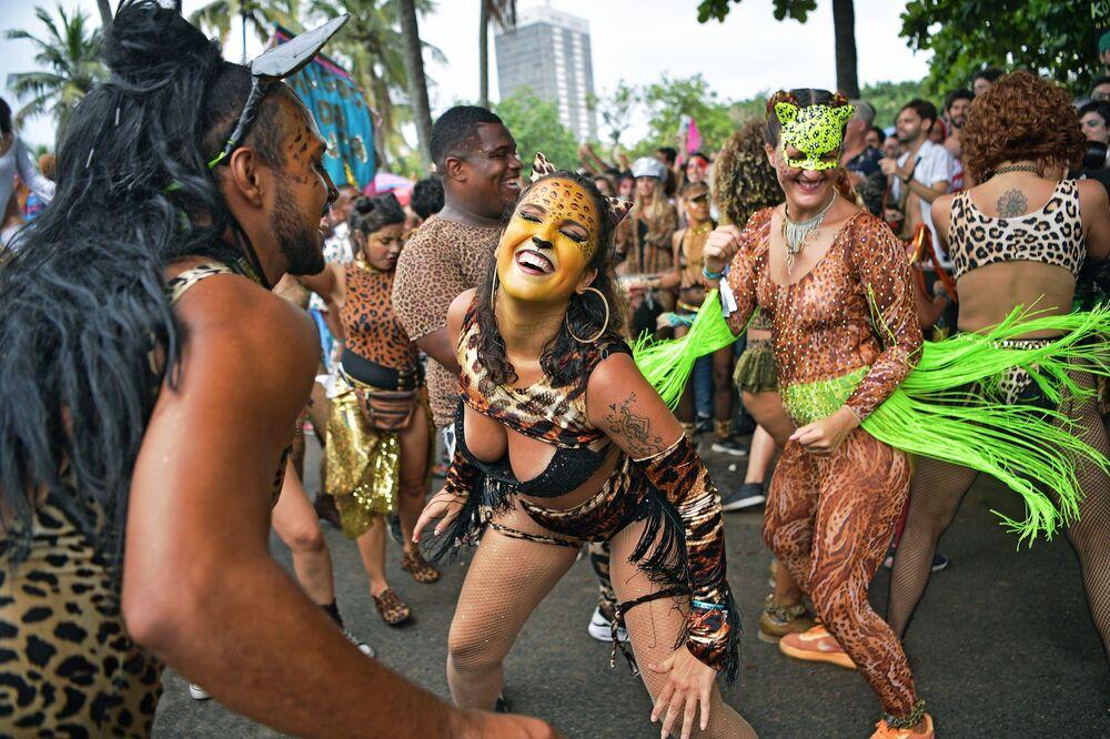 Foliões do bloco Amigos da Onça no Rio de Janeiro na véspera de Carnaval