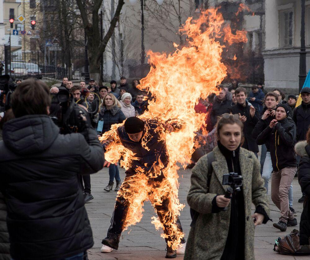 Manifestante taca fogo em si mesmo durante protesto em Kiev, Ucrânia, devido a um conflito sobre a propriedade de uma parcela de terra