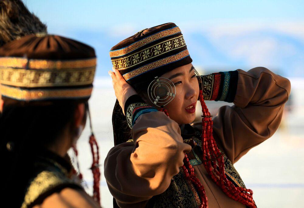 Moça usa traje tradicional durante o Concurso Internacional de Esculturas de Gelo no lago Baikal, na região russa de Irkutsk