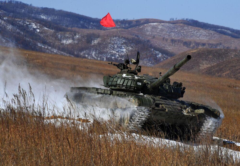 Tanque T-72 durante a primeira etapa da competição militar ArMI-2020 no polígono Sergeevsky, na região russa de Primorie