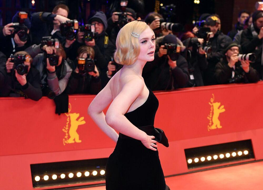 Atriz Elle Fanning no tapete vermelho do Festival Internacional de Cinema de Berlim