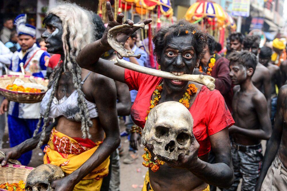 Devoto hindu de Shiva levando crânio humano e ossos durante procissão religiosa do festival hindu Maha Shivratri em Allahabad, Índia