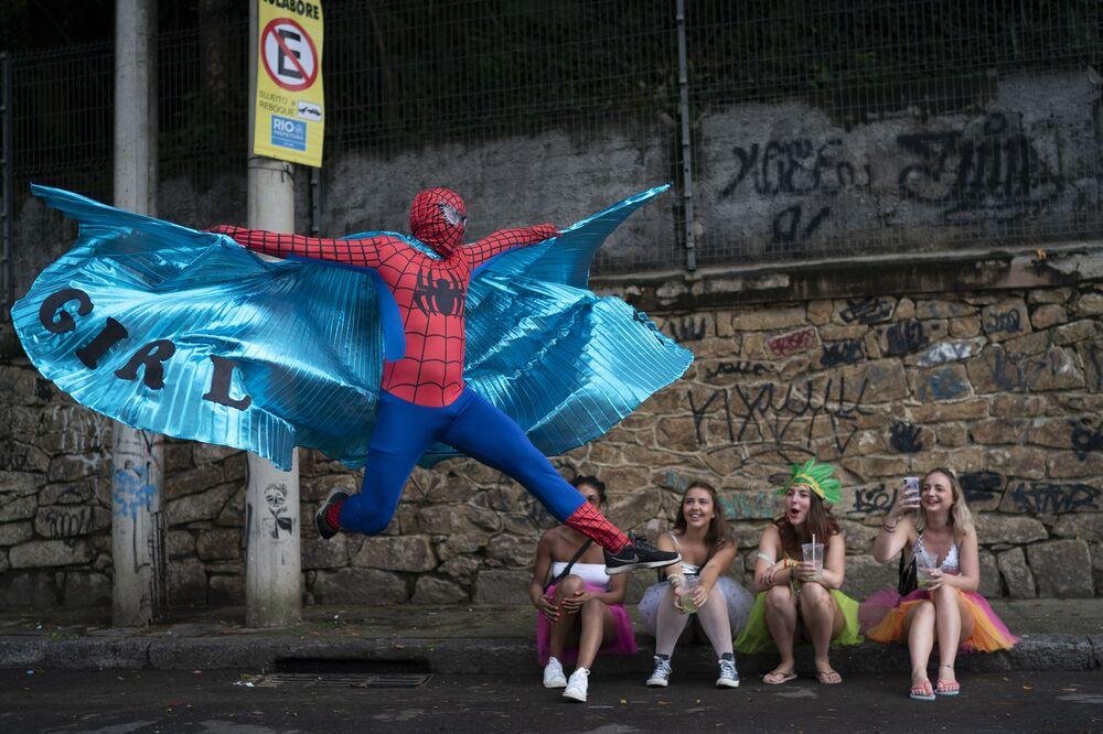 Folião fantasiado de Homem Aranha no bloco carnavalesco Céu na Terra no Carnaval carioca