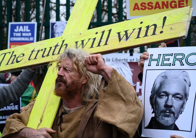 Manifestantes em ato pró-Assange, contra sua extradição da Reino Unido aos Estados Unidos