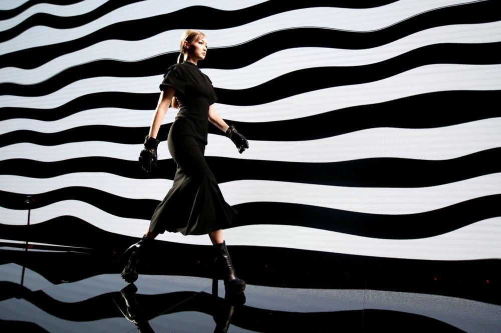 Modelo Gigi Hadid durante apresentação da coleção de Outono-Inverno 2020 da Versace na Semana de Moda de Milão na Itália