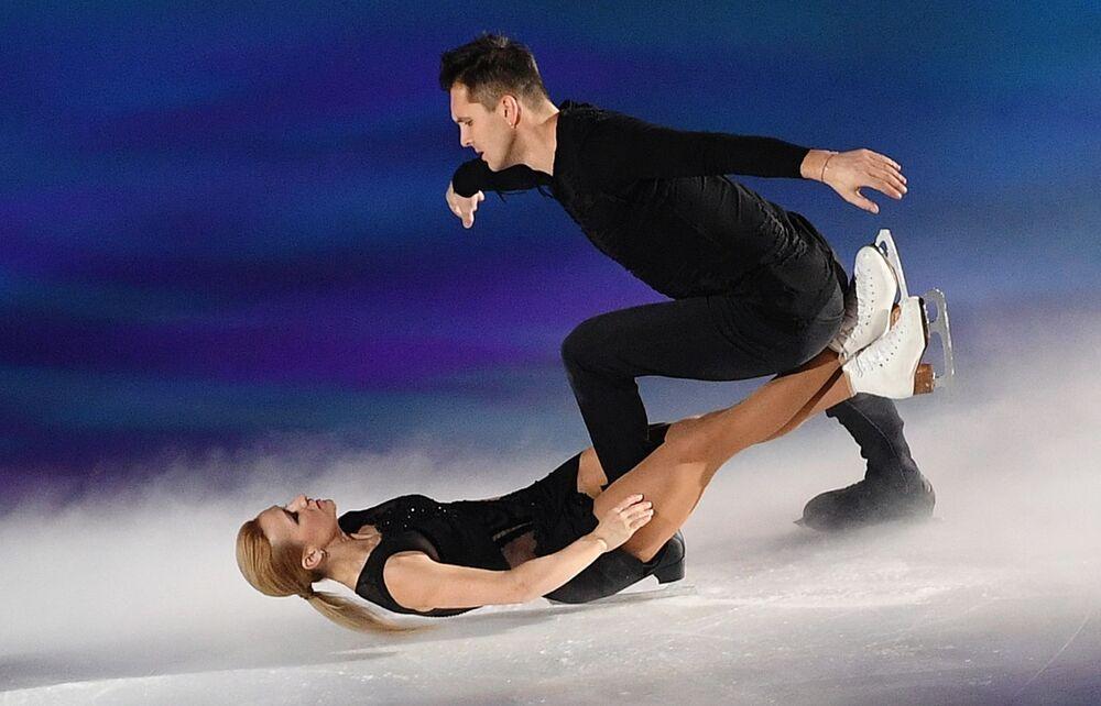 Patinadores russos Tatiana Volosozhar e Maksim Trankov em apresentação na noite de gala do festival de patinação no gelo Put k Pobede (Caminho à Vitória, em tradução livre)