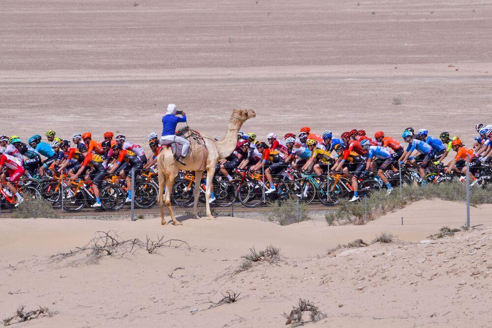 Ciclistas durante a terceira etapa do UAE Cycling Tour, de al-Maroom até Jebel Hafeet, nos Emirados Árabes Unidos