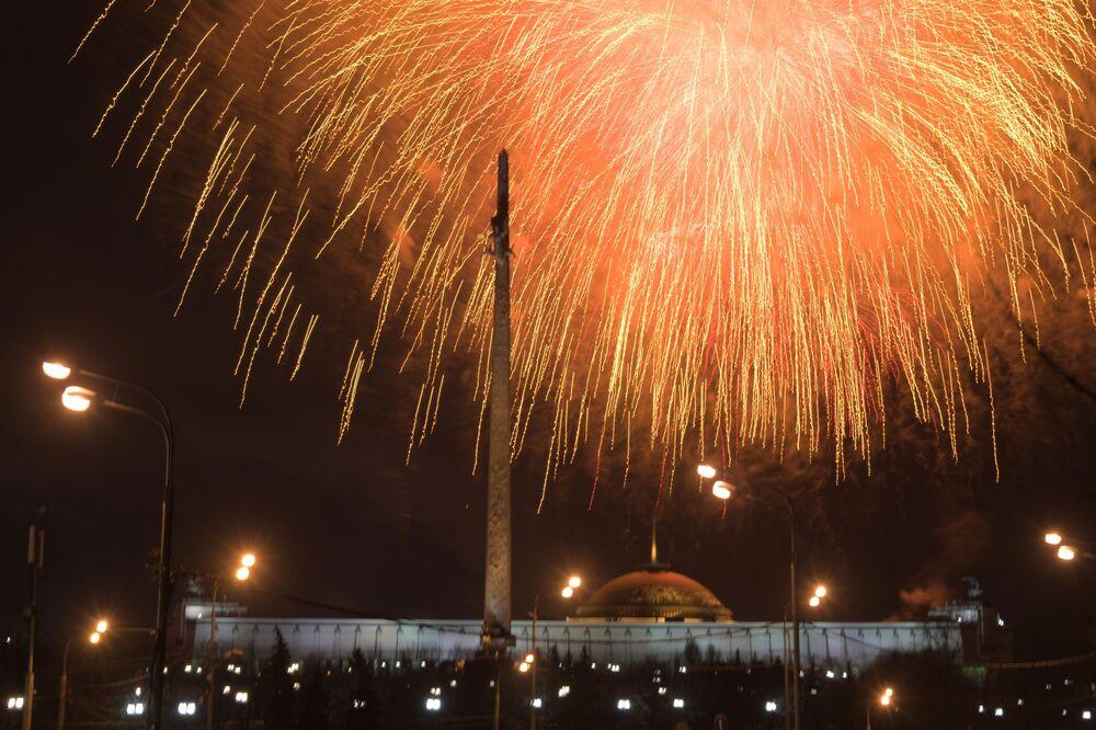 Salva de fogos em celebração do Dia do Defensor da Pátria no Parque da Vitória, na colina Poklonnaya em Moscou, Rússia