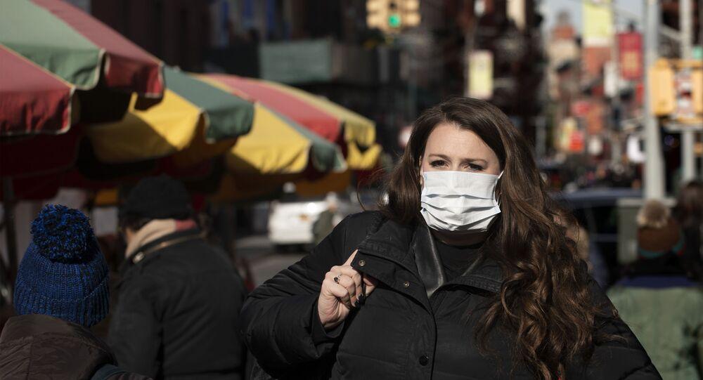 Mulher anda com máscara pelas ruas de Nova York