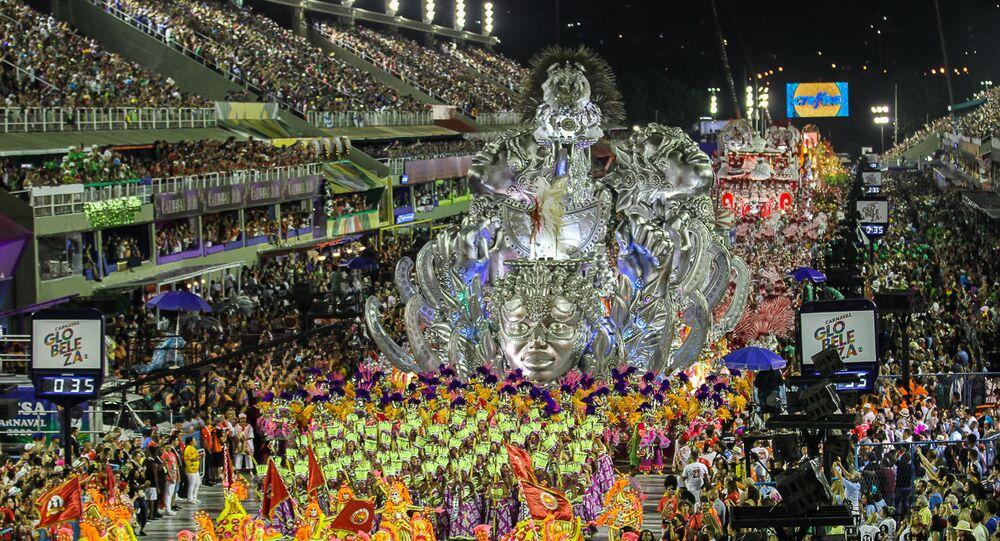 Viradouro se apresenta na Sapucaí no primeiro dia de desfiles do Grupo Especial no Rio