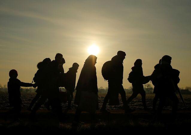 Migrantes caminham em direção ao posto fronteiriço de Pazarkule, Turquia, em 1º de março de 2020