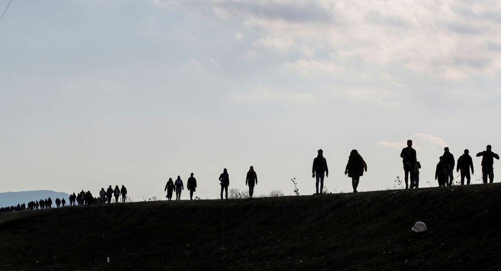 Migrantes caminham ao longo de uma estrada perto da vila de Karpuzlu, na cidade turca de Edirne, na fronteira com a Grécia, em 1º de março de 2020