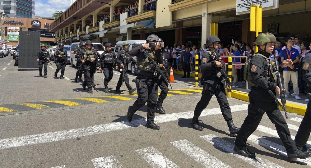 Grupo de elite da polícia chega ao shopping de Manila, nas Filipinas