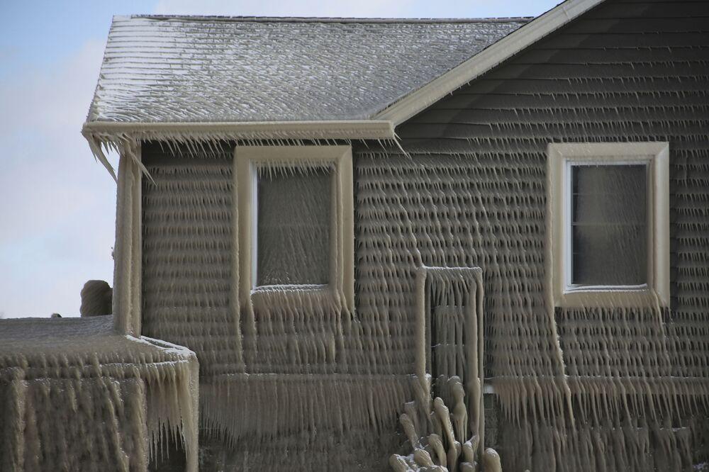 Casa em Hoover Beach coberta de gelo formado pelos ventos fortes e ondas do lago Erie, no estado americano de Nova York