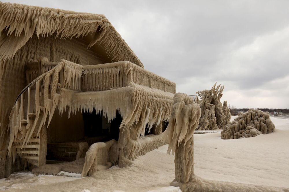 Gelo formado por cima de uma casa durante nevasca em Hamburg, no estado americano de Nova York