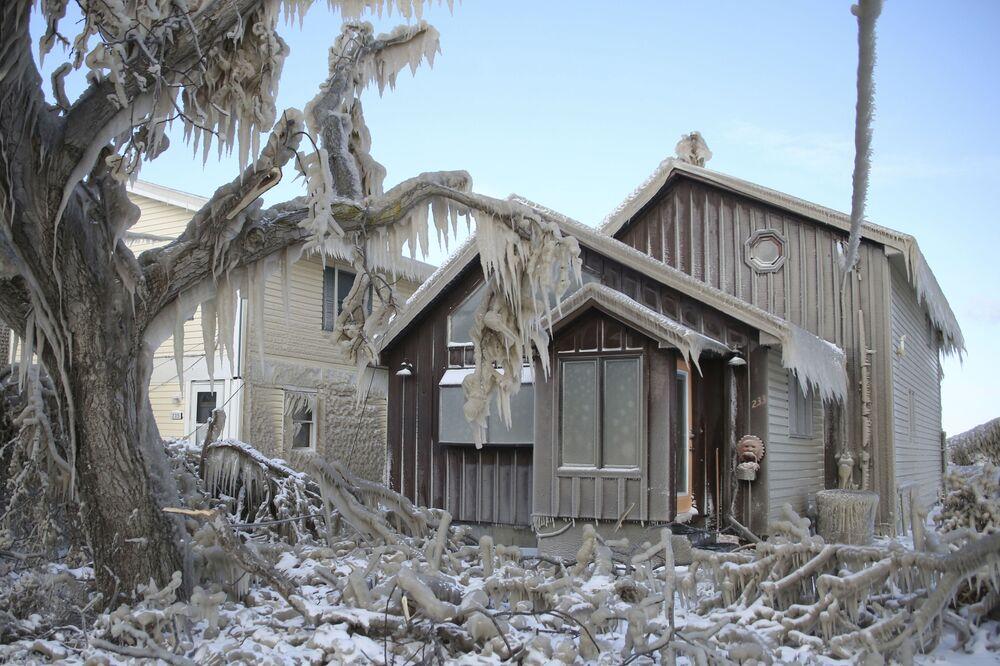 Casa coberta por gelo após nevasca cair no estado americano de Nova York
