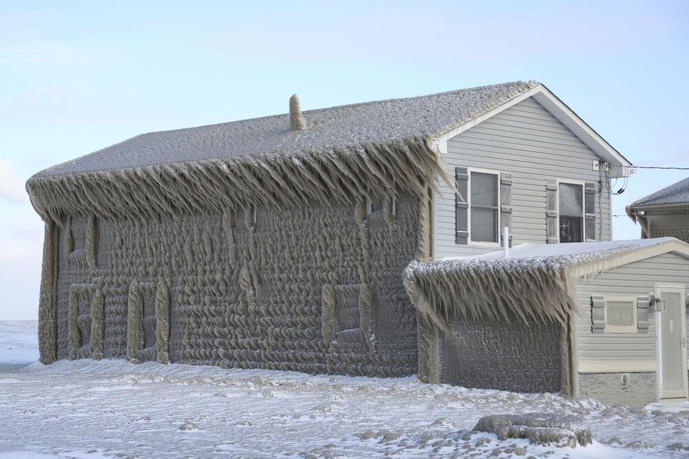 Espessa camada de gelo cobre parte de casa em Hoover Beach, Hamburg, no estado americano de Nova York