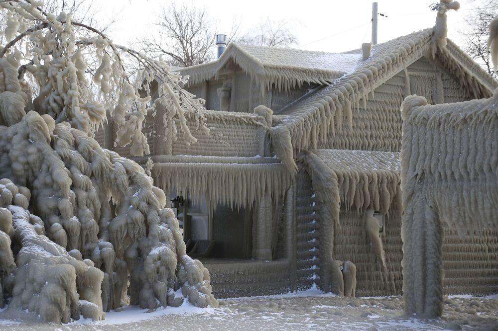 Árvore e casa são tomadas por grossa camada de gelo em Hoover Beach, Hamburg, no estado americano de Nova York