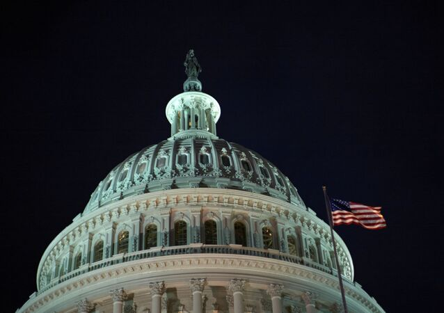 Congresso e bandeira dos Estados Unidos de noite