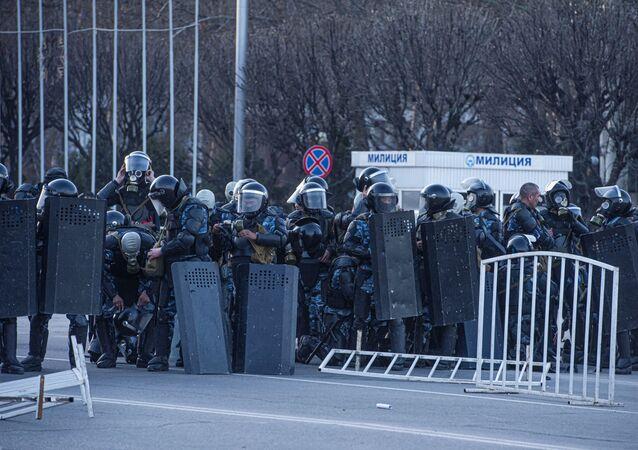 Polícia se prepara para intervir em protesto em Bishkek, capital do Quirguistão