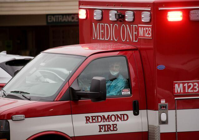 Autoridades norte-americanas se preparam para transferir paciente para ambulância no Life Care Center, em Kirkland, estado de Washington, em 1 de março de 2020