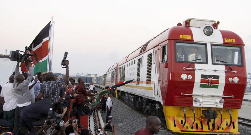 Trem de linha ferroviária construída pela China no Quénia