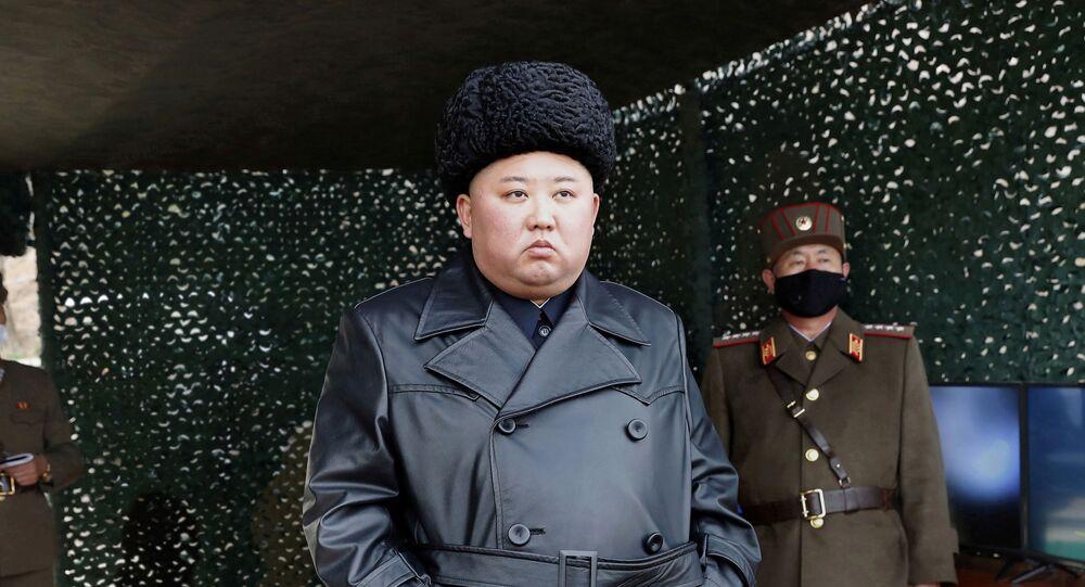 Líder da Coreia do Norte, Kim Jong-un, supervisiona teste militar em uma localidade não identificada, 2 de março de 2020