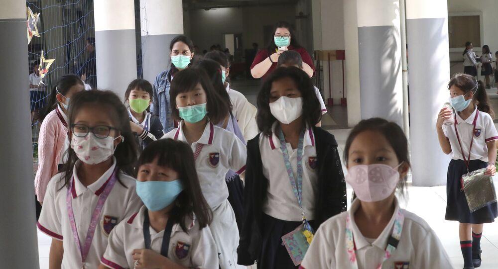 Crianças usando máscaras para se proteger do coronavírus em uma escola da Indonésia
