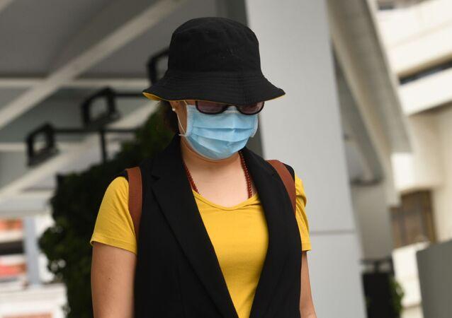 Mulher chinesa deixa Tribunal de Singapura usando máscara para se proteger do coronavírus (imagem referencial)