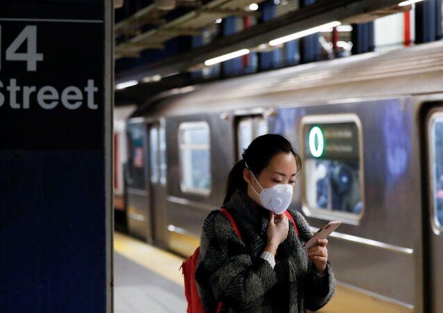 Mulher usa máscara para se proteger do coronavírus em estação de metrô de Nova York, nos EUA