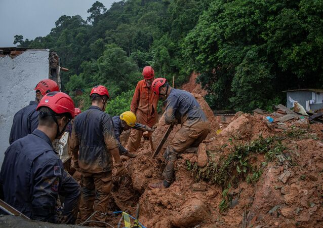 Deslizamento de terra no Morro do Macaco Molhado, no Guarujá, litoral sul de São Paulo, devido às chuvas que atingiram a região na madrugada desta terça-feira (3). Cinco pessoas morreram no morro e quatro estão desaparecidas, um deles é um integrante dos bombeiros.