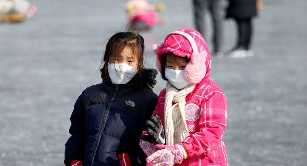 Crianças usando máscaras para evitar contato com novo coronavírus, ao sul da zona desmilitarizada que separa as duas Coreias, 8 de fevereiro de 2020