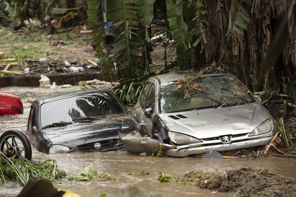 Veículos arrastados pelo forte aguaceiro no Rio de Janeiro acabam presos em um riacho de Realengo