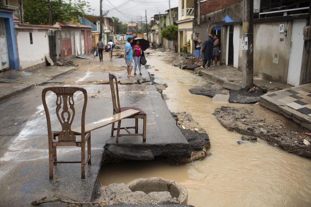 Rua de Realengo, no município do Rio, mostra destruição provocada por fortes chuvas que atingiram a região nos últimos dias