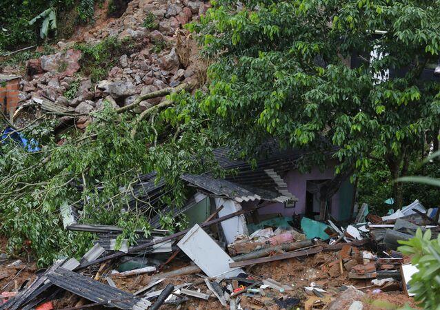 Casa desmoronada no município do Guarujá (SP) após fortes chuvas atingirem o local