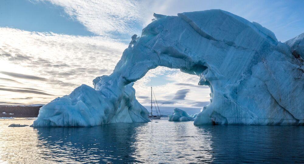 Iceberg no Oceano Ártico, próximo à costa russa. Mudanças climáticas estimulam a exploração de recursos naturais