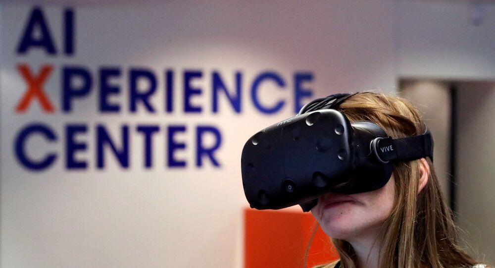 Mulher experimenta óculos de realidade virtual durante feira sobre Inteligência Artificial em Bruxelas, na Bélgica.