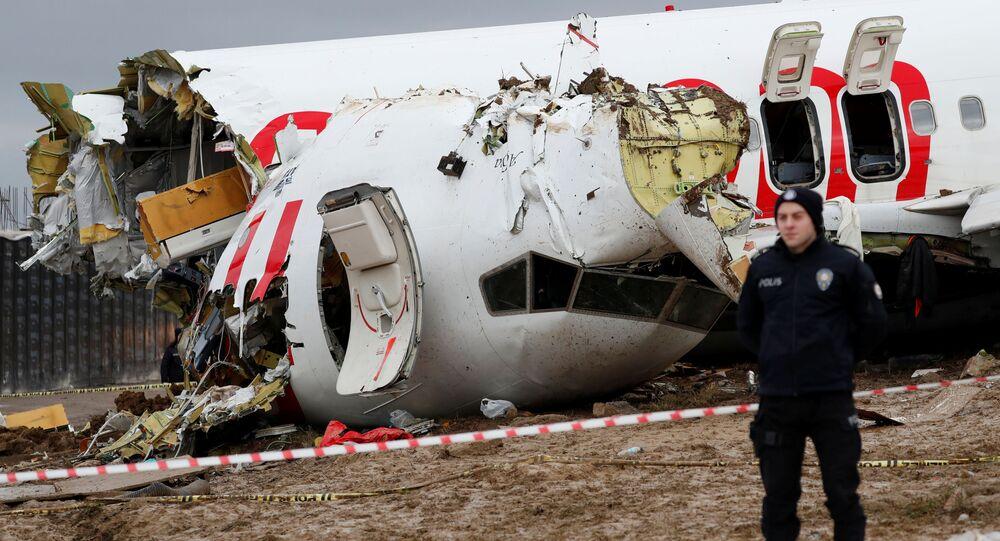 Avião da Pegasus Airlines ultrapassou a pista e se acidentou no aeroporto de Sabiha Gokcen, em Istambul, Turquia, 5 de fevereiro de 2020