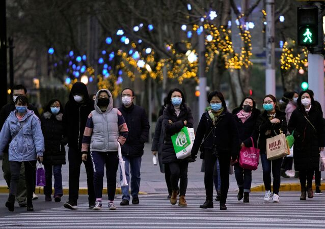 Pessoas usando máscaras protetoras caminham nas ruas em meio a surto do novo coronavírus, em Xangai, China, 4 de março de 2020
