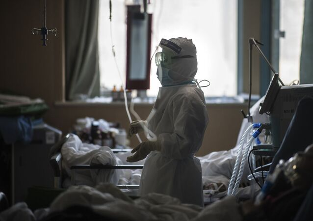 Enfermeira atende pacientes infectados pelo coronavírus em Wuhan