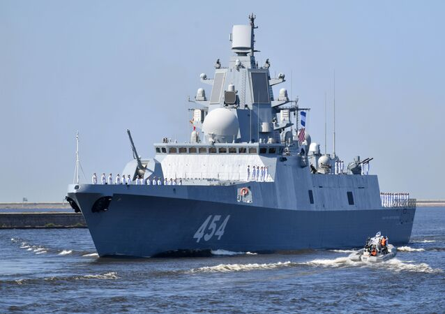 Navio antissubmarino grande Admiral Gorshkov da Marinha russa no ensaio geral para o desfile do Dia da Marinha em Kronstadt