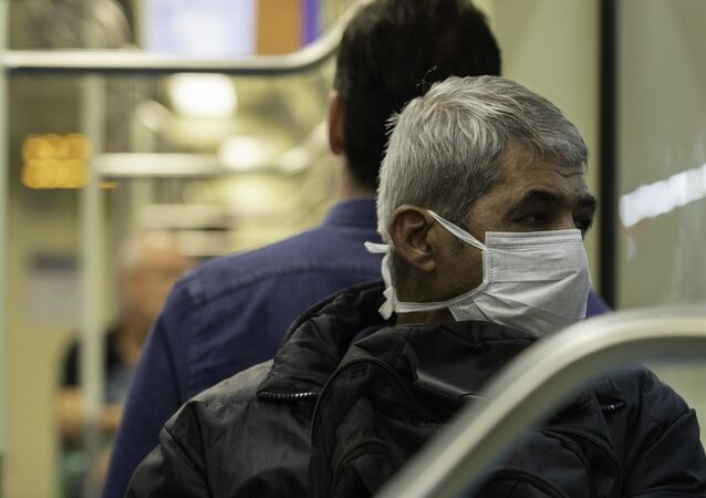 Homem se protege com máscara em vagão da linha 2 Verde do metrô de São Paulo.