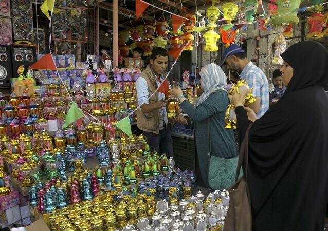 Clientes palestinos fazendo compras em um mercado do centro da Cidade de Gaza (arquivo)