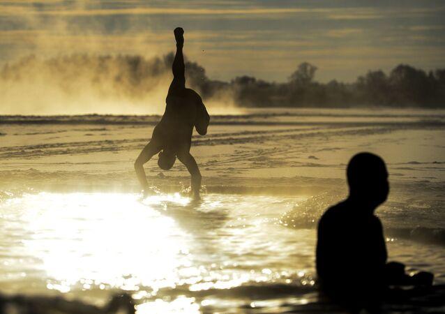 Homens do Clube de Novgorod de Amantes de Nado no Inverno se banham no Rio Volkhov