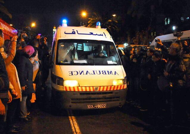 Ambulância corre para local da explosão de um ônibus no centro de Tunes, capital da Tunísia (foto de arquivo)