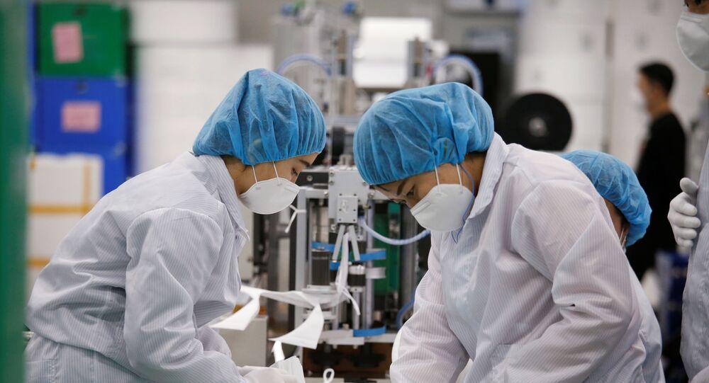 Funcionários trabalhando em uma fábrica de máscaras em Icheon, Coreia do Sul, 6 de março de 2020