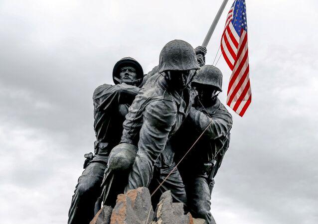 Estátua de fuzileiros navais com bandeira dos Estados Unidos em Washington